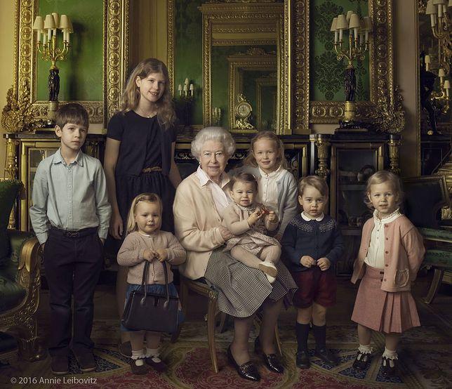 Królowa Elżbieta II w otoczeniu wnuków i prawnuków