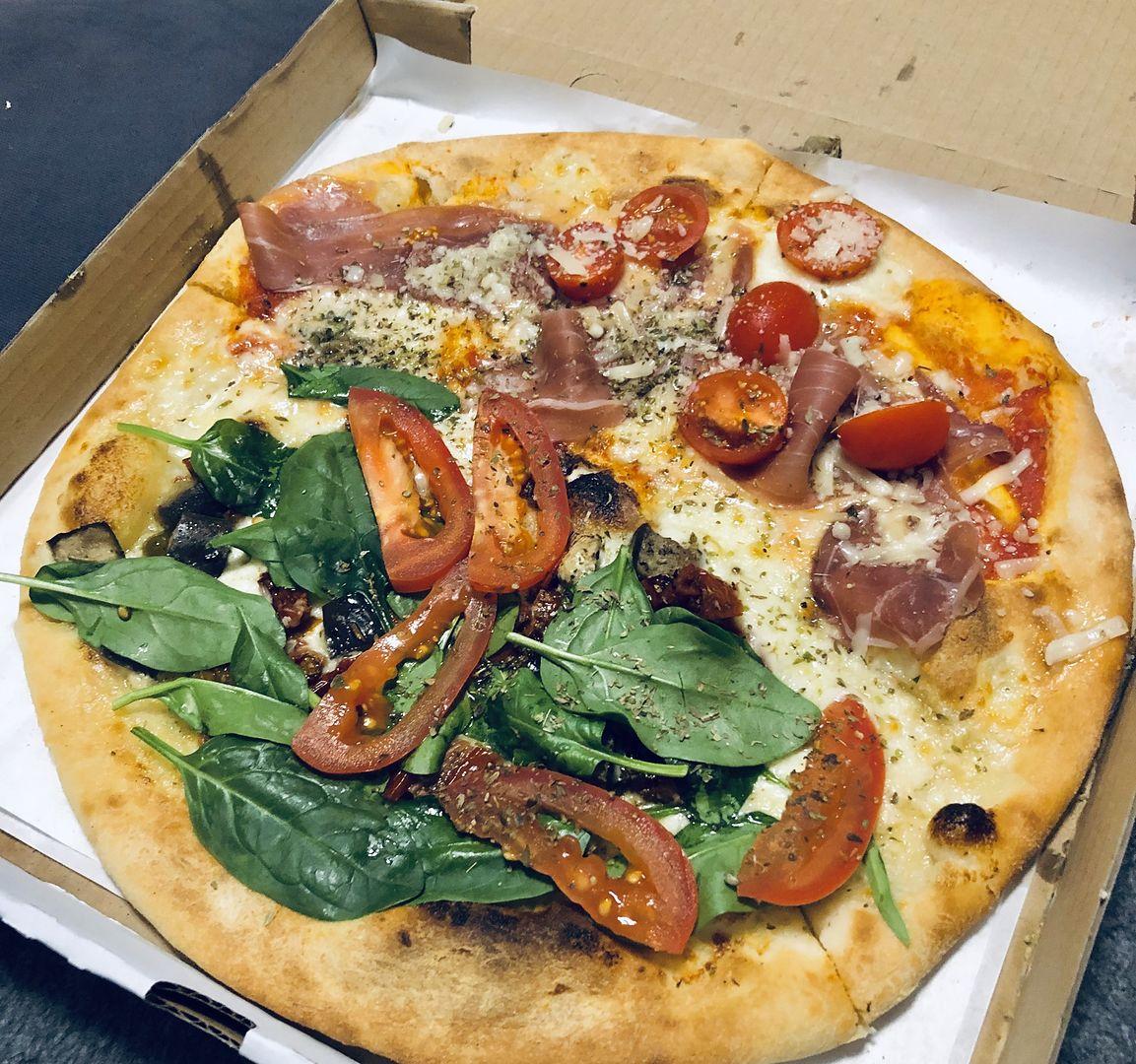 Koronawirus na pudełku z pizzą? Oto jak obchodzić się z jedzeniem zamawianym do domu