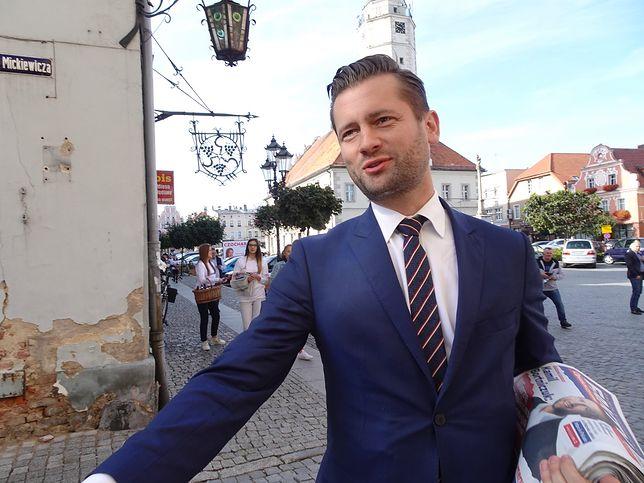 Wyniki wyborów 2019. Poseł Kamil Bortniczuk pokazał dziurawe buty. Tak chodził za wyborcami