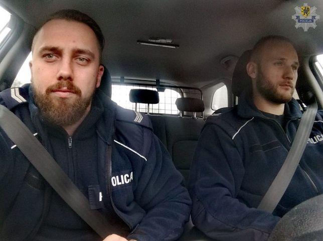 St. sierż. Wojciech Pieniak oraz st. sierż. Szymon Cieszyński pomogli uratować rocznego chłopca