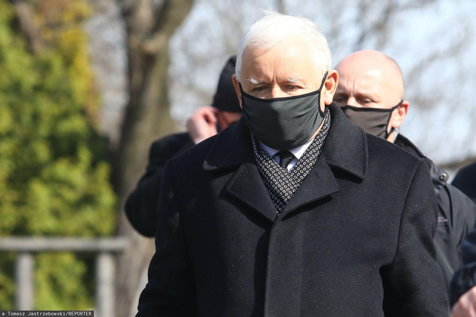 """Kaczyński to """"gangster, który każe kupić cegłę""""? Były szef MSZ na tym nie poprzestał"""