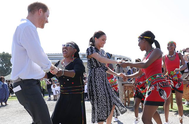 Meghan, Harry i spontaniczne pląsy na uroczystości podczas pierwszego dnia ich pobytu w Afryce