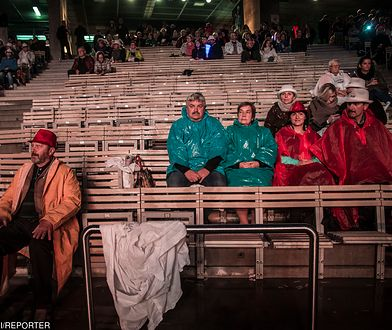 Publiczność w opolskim amfiteatrze na benefisie Jana Pietrzaka.