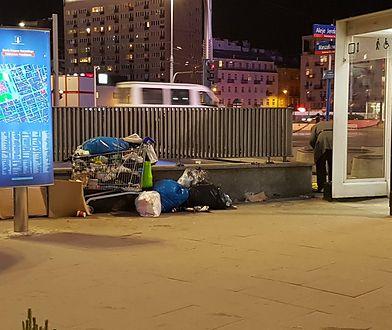 Wózek bezdomnych w centrum Warszawy