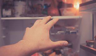 Przy uzależnieniu od jedzenia zdarza się podjadać w ukryciu w nocy