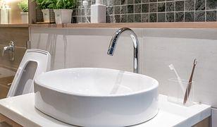 Jeśli chodzi o umywalkę, wymiary dostępne na rynku są bardzo zróżnicowane, ale zazwyczaj wynoszą około 50x40 cm