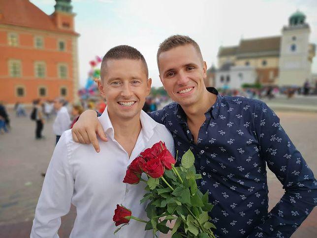 Jakub i Dawid z nową akcją społeczną. Oświadczyli się sobie 100 razy. To trzeba zobaczyć!