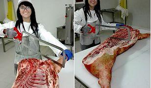 Pracownica krojąca mięso zachęca do udziału w rekrutacji