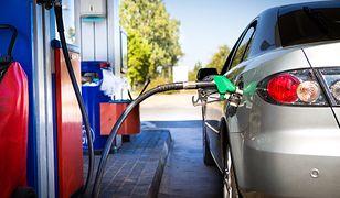 Tankowanie paliwa na stacji benzynowej.
