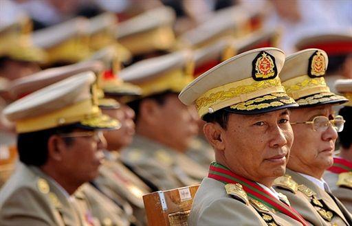 Generałowie zdejmują mundury