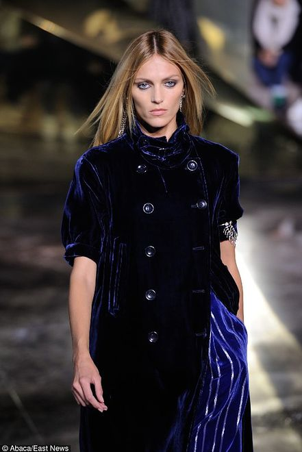 Zjawiskowa Anja Rubik na Paryskim Tygodniu Mody