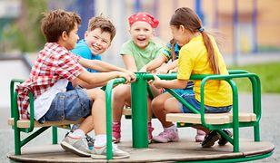 W przedszkolu i na placu zabaw przyda się praktyczna koszulka z bawełny i dresowe spodnie