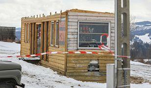Bukowina Tatrzańska. Zerwany dach z wypożyczalni nart.