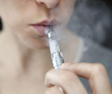 Kobieta pali e-papierosa