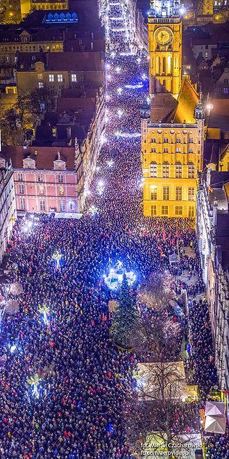 Niezwykłe zdjęcie Wiecu Przeciwko Nienawiści i Przemocy