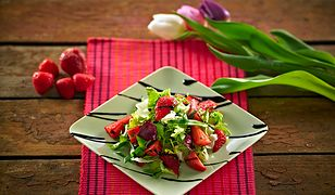 Wiosenna sałatka z truskawkami. Lekka i pyszna