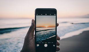 Łączność, doskonała jakość zdjęć, pamięć i niezawodna bateria - taki telefon przyda się na urlopie