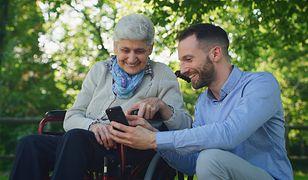 Prosty w obsłudze telefon ułatwi komunikację ze starszą osobą