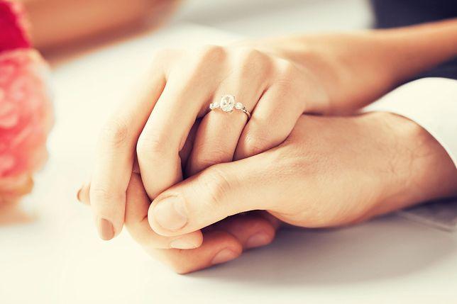Jest w zwyczaju, by na pierścionek zaręczynowy pan młody wydał trzy miesięczne pensje.