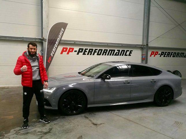 Sportowiec pochwalił się swoim samochodem.