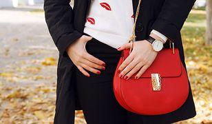 Który czerwony dodatek wybierzesz: torebkę, lakier do paznokci czy motyw czerwonych ust?