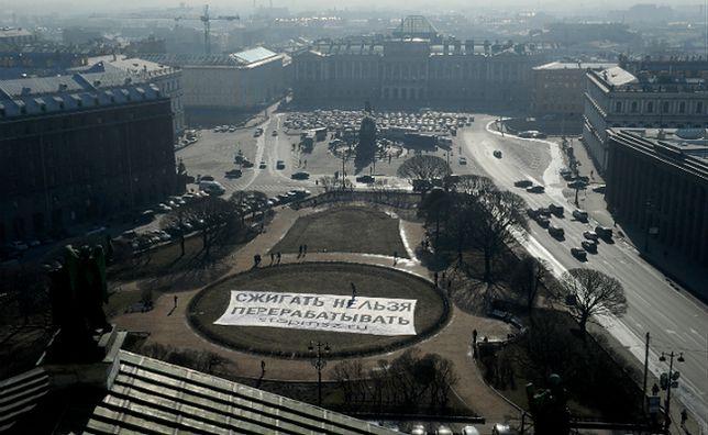 """W ramach protestu przeciwko budowie pływających elektrowni jądrowych na obrzeżach Sankt Petersburga członkowie rosyjskiego Greenpeace wywiesili w marcu 2015 r. w mieście baner z napisem """"to, co spalone, nie może zostać poddane recyklingowi"""""""