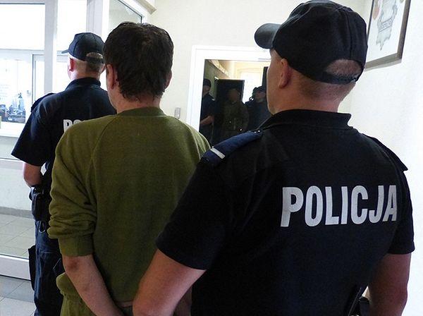 Zarzuty dla morderców z Leszna - wpadli przez odór rozkładających się zwłok