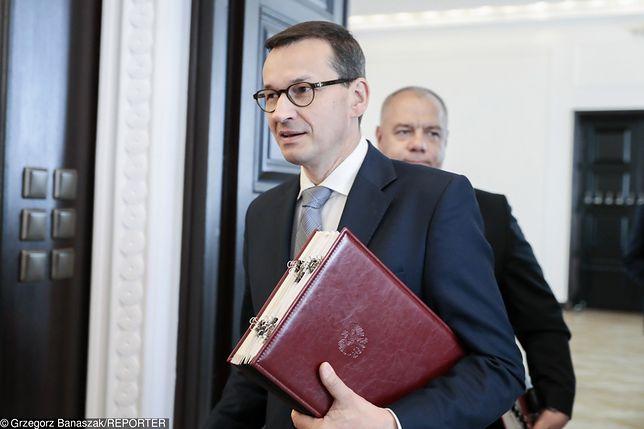 Premier Mateusz Morawiecki. W tle Jacek Sasin