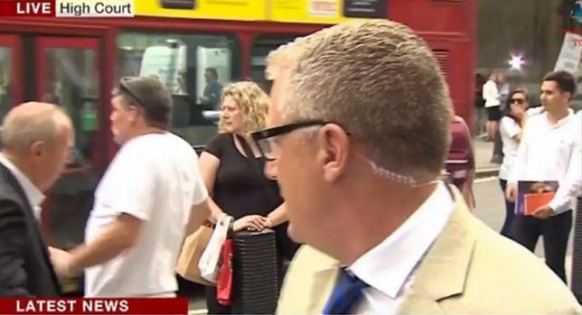 Ścigany mężczyzna wpadł pod autobus. Podczas telewizyjnej transmisji na żywo