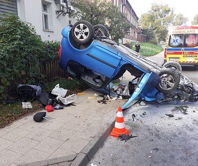 Groźny wypadek. Samochód dachował w Gdańsku