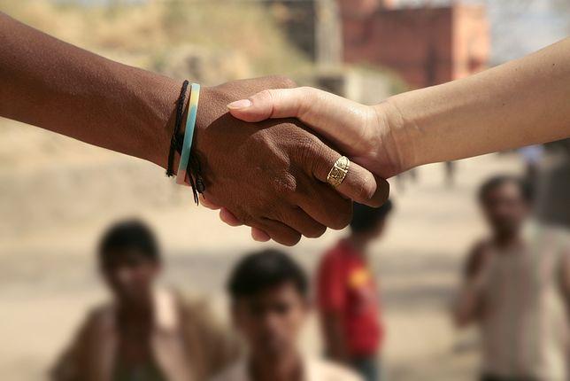 Najpopularniejszym sposobem powitania się jest podanie prawej ręki. Ale w wielu krajach różni się siłą czy intensywnością