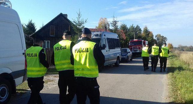 Policjanci i strażacy z całego rejonu szukają zaginionego 70-latka