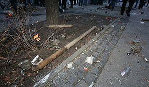 11 listopada br. podczas przemarszu ul.Marszałkowską w stronę policji zaczęto rzucać racami, petardami, kamieniami, kostkami brukowymi czy koszami na śmieci