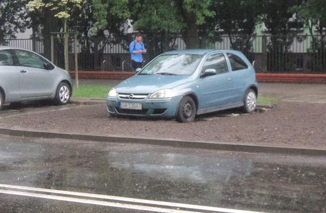 Stojący na dawnym parkingu opel jest dosłownie... uziemiony