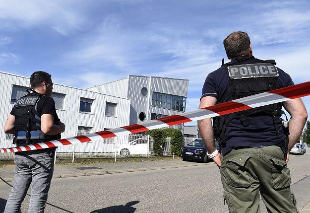 Francuscy policjanci przed zakładem, do którego doszło do zamachu. Ataki przeprowadzono tego samego dnia też w Kuwejcie i Tunezji