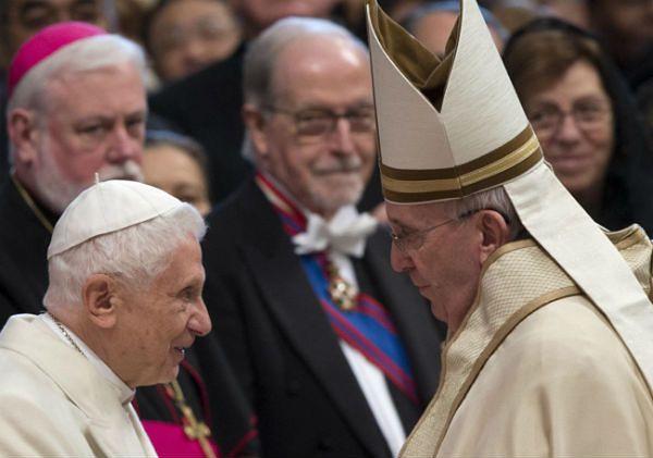 Papież Franciszek wita Benedykta XVI