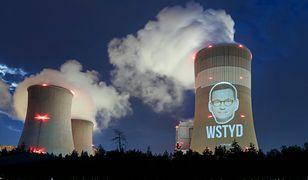 Greenpeace nie był zadowolony z decyzji premiera. Wyświetlili jego twarz na kominie elektrowni w Bełchatowie