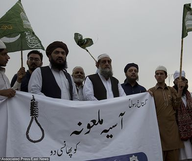 """Pakistan: zwolennicy islamskich radykałów protestują przeciwko uniewinnieniu Asi Bibi. Napis na transparencie: """"powiesić bluźnierczą Asię"""""""