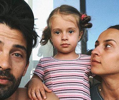 Na zdjęciu Maja z rodzicami, przed chorobą