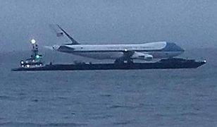 Nie wiadomo, dlaczego Air Force One znalazł się na barce