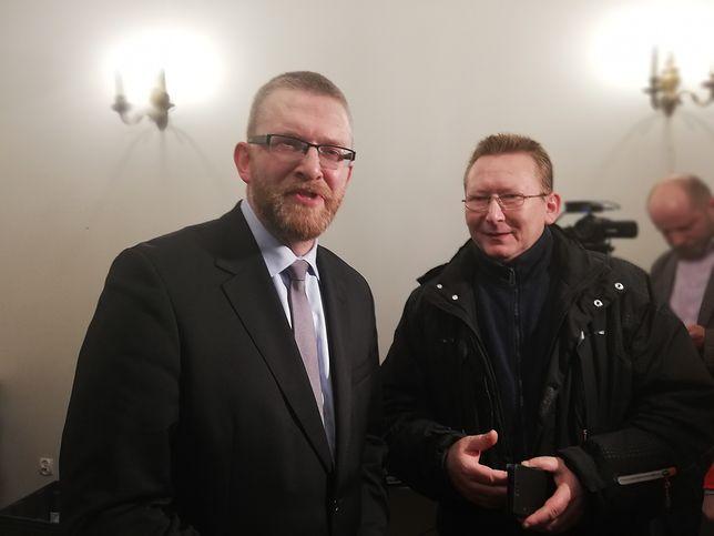 Wieczór wyborczy, sztab Grzegorza Brauna. Kandydat z Piotrem Walentynowiczem.