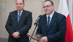 Polski konsul w Norwegii, Sławomir Kowalski (po prawej) podczas wręczenia nagrody MSZ