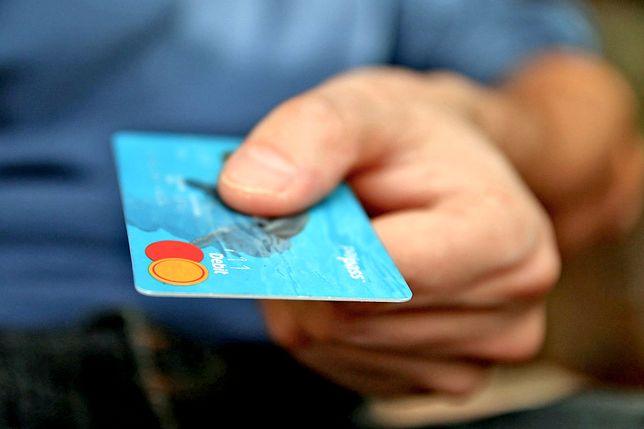 Płacenie kartą za granicą jest wygodne, ale drogie.