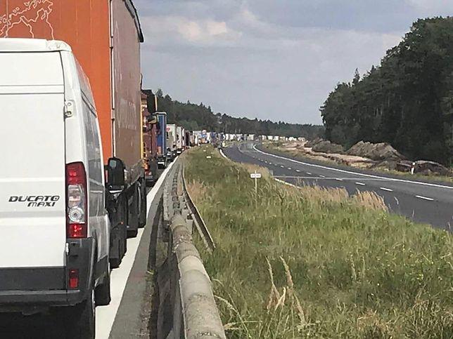 Wielokilometrowy korek na E75 na trasie Częstochowa - Łódź na wysokości Kościelca i Kruszyny