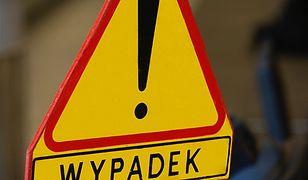 Śmiertelny wypadek w Kościanie - z przyczepy tira spadł metalowy kontener, uderzając w kolejne auto