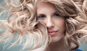 Włosy nie znoszą zimy, dlatego często się przetłuszczają i łamią