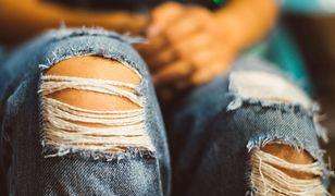 Wytarte jeansy znów są atakowane. Słusznie?