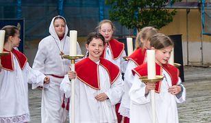Wydaje się, że dziś w Polsce nikogo nie dziwi to, że dziewczyny służą do mszy. Tylko wydaje