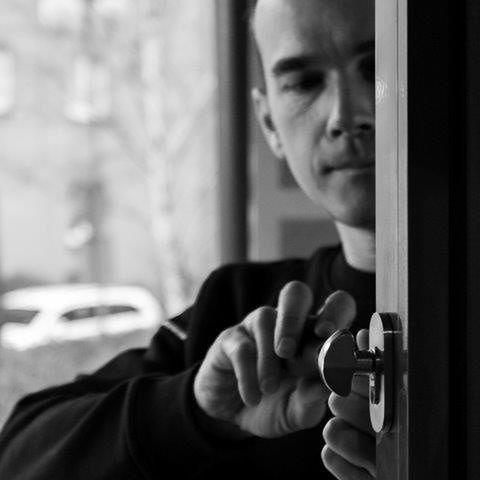 Jakie są koszty wymiany zamka w drzwiach wejściowych?