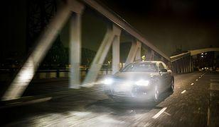 Prowadzenie samochodu tak jesienią, jak i zimą, powinno przypominać prowadzenie auta latem.